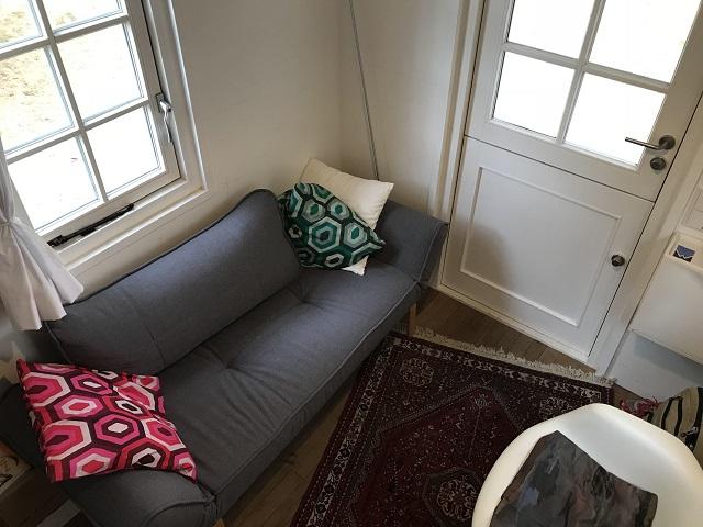 玄関ドアとソファスペース