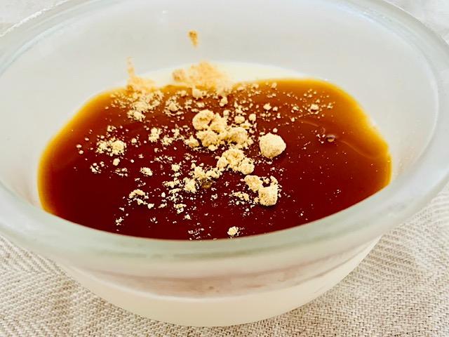 黒蜜きな粉をかけた杏仁豆腐