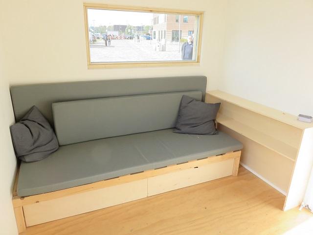 明るい室内に置かれたソファ