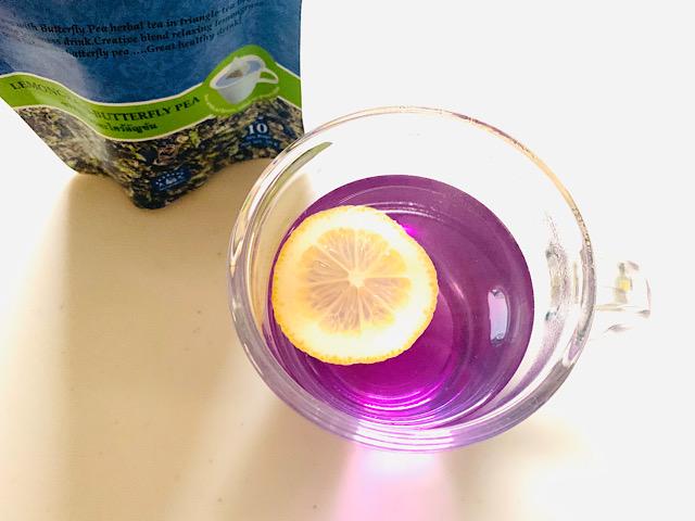 レモンを浮かべたピンクのお茶