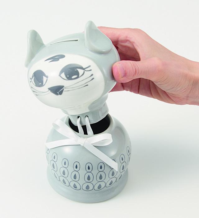 猫の貯金箱の頭と胴を外したところ