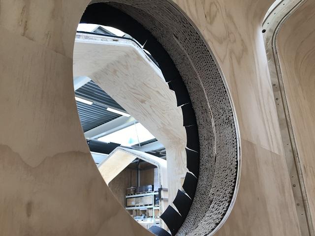 製造途中の窓枠から見られるダンボール層