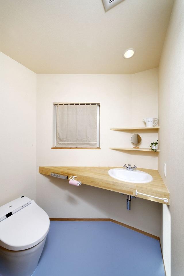 「ブルー&木目」のトイレ
