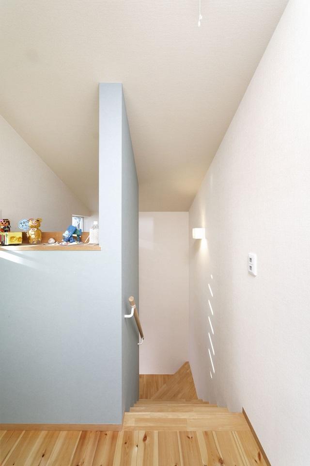 階段の壁にも淡いブルーが