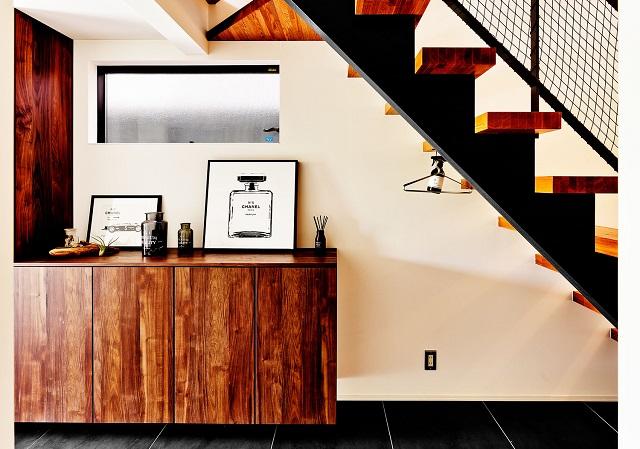 木材のダークブラウンと黒でまとめられた玄関