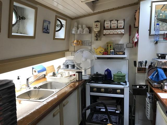 ハウスボートのキッチン