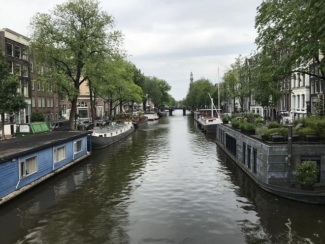 運河に係留するハウスボートたち
