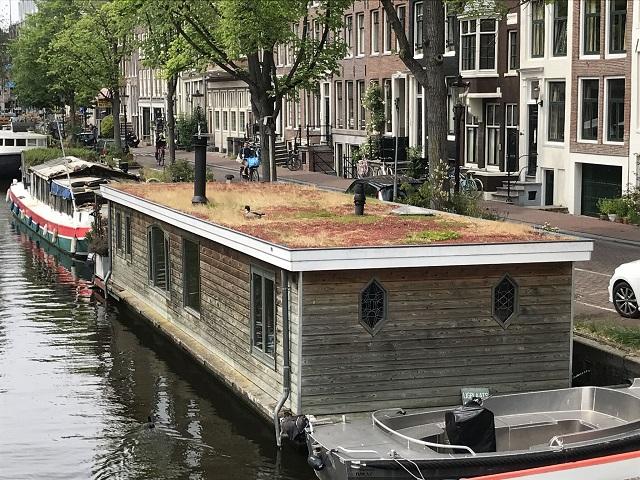 水上の箱型ハウスボート