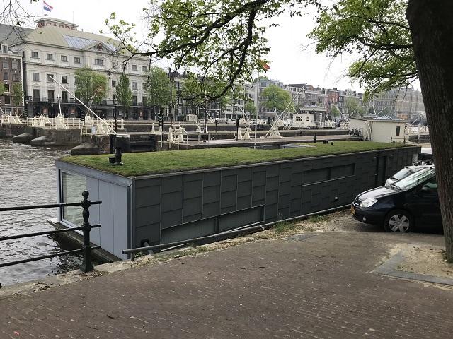 アムステルダムで進むハウスボートの屋上緑化