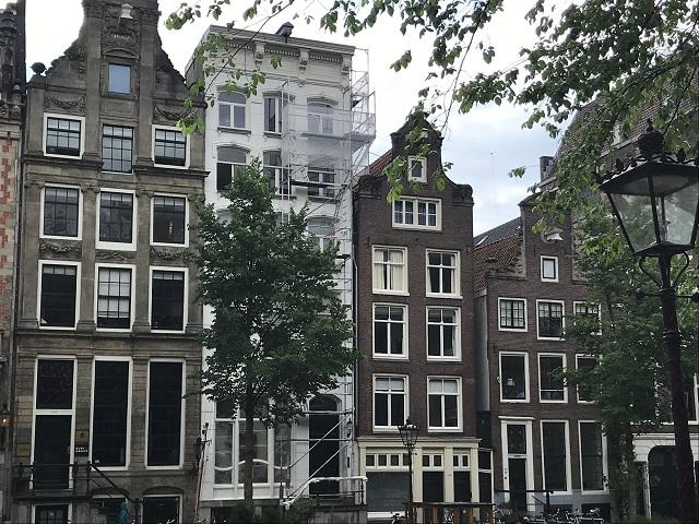 昔ながらのアムステルダムの街並み