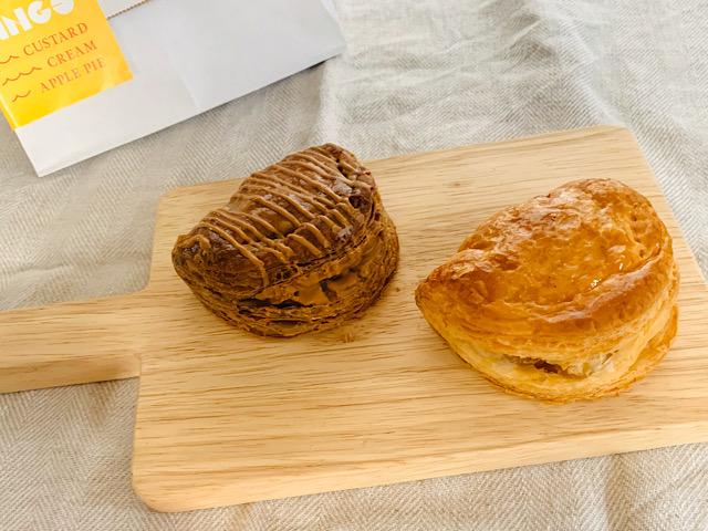 アップルカッティングボードの上のパイとキャラメルアップルパイ