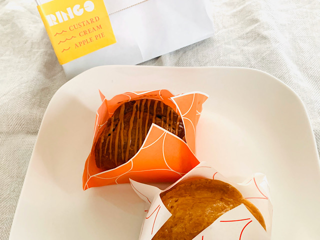 お皿にのせたアップルパイ2種と紙袋