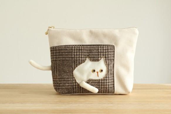 Creema限定 ポーチを通り抜けていく猫のポーチ (白猫 20cmファスナー グレンチェック)