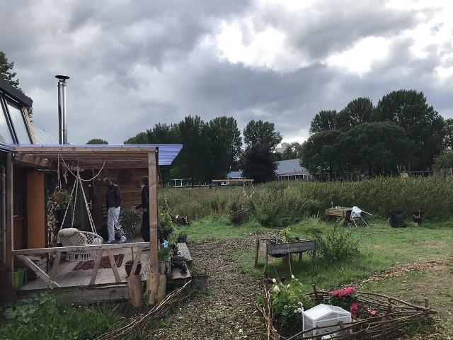 広々とした「Tiny Village Kleinhuizen」の前のスペース