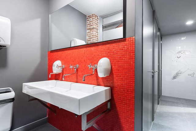 清潔な共用バスルームの様子