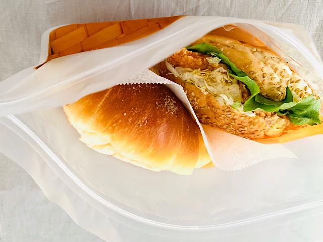 ジップバッグにサンドイッチとロールパンが入っているところ