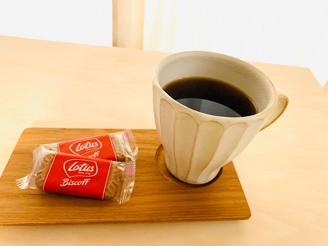 コーヒーと個包装のビスケット