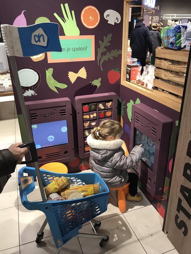 スーパーの無料ゲームコーナーで遊ぶ子供