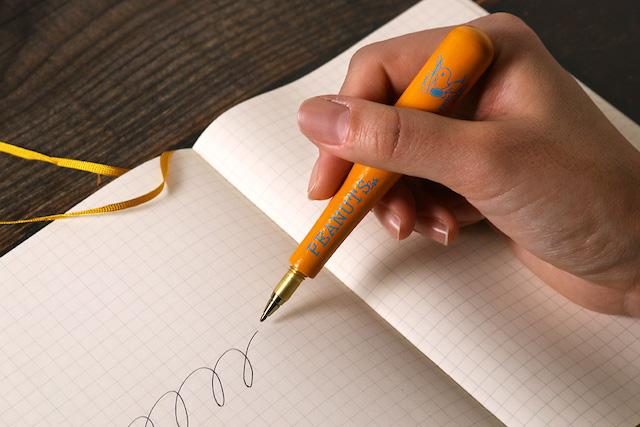 バットペン書いているところ