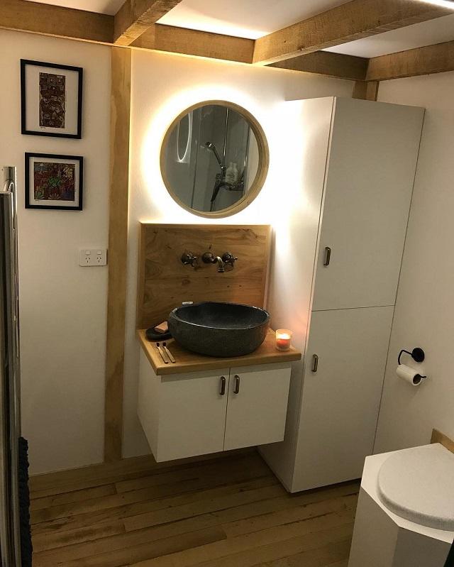 シンプルで清潔なバスルーム