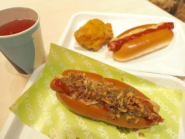 イケアのビストロ ドリンクバーのジュース フライドチキン ホットドッグ(トッピングなし) ホットドッグ(トッピングあり)