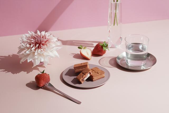 「バターサンド〈あまおう苺〉」ディスプレイお花と水