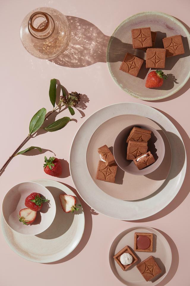 「バターサンド〈あまおう苺〉」イチゴと花瓶