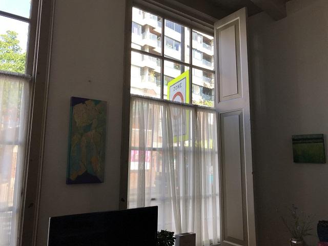 大きな窓があるから室内は明るい
