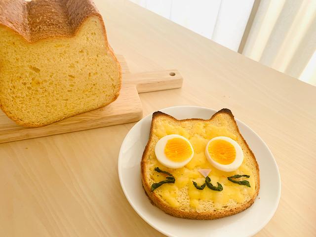 切ったパンと卵をのせたパン