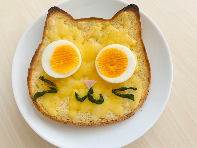 卵をのせたパン