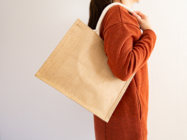 無印良品「ジュートマイバッグ」A4(中)サイズを肩掛け