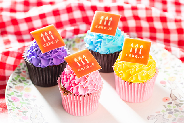 ケーキの総合通販サイト「Cake.jp(ケーキジェーピー)」 [お好きな画像をプリント]手のひらサイズの写真カップケーキ 4個 2,500円