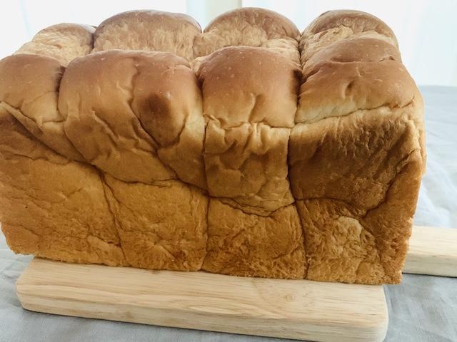 カッティングボードに乗せたパン