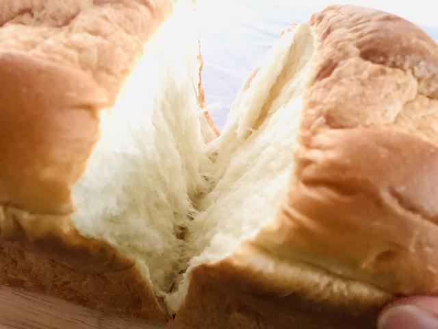 手でパンをちぎっているところ