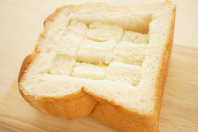 格子状に切り込みを入れたパン