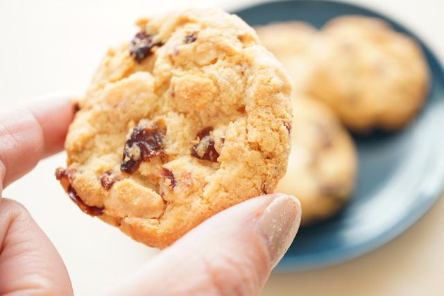 クッキーを持っているところ