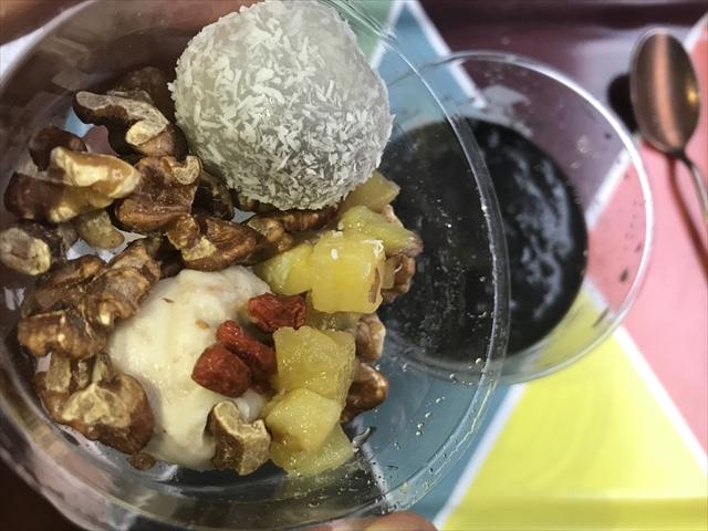 有機豆乳とココナッツの黒胡麻豆花 トッピング投入