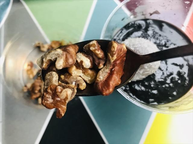 有機豆乳とココナッツの黒胡麻豆花 トッピング具材くるみ