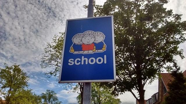 近くに小学校があることを示す看板