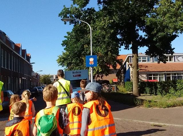 看板の前を歩くオランダの子供たち