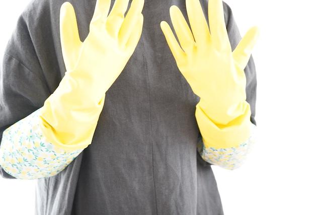 両手にはめた手袋