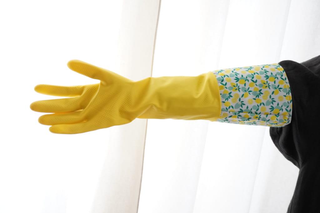手袋をはめた右腕