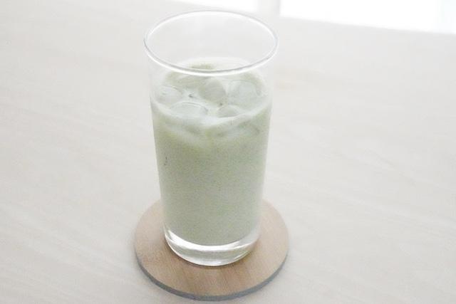 青汁を混ぜたヨーグルトドリンク