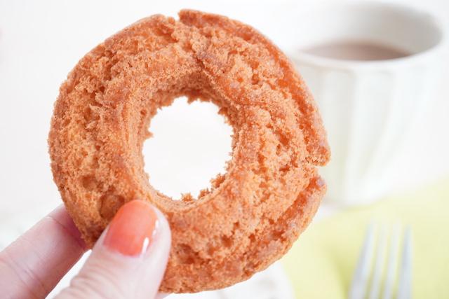 手に持ったドーナッツ