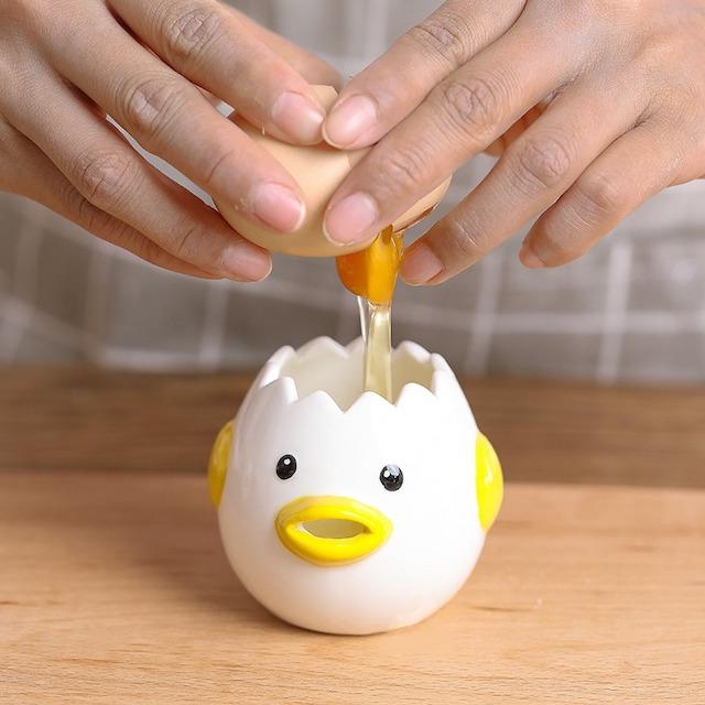 ヒヨコちゃんのエッグセパレーター に卵を入れているところ