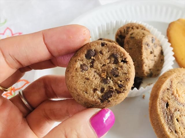 ダブルチョコクッキー 封から出したところ