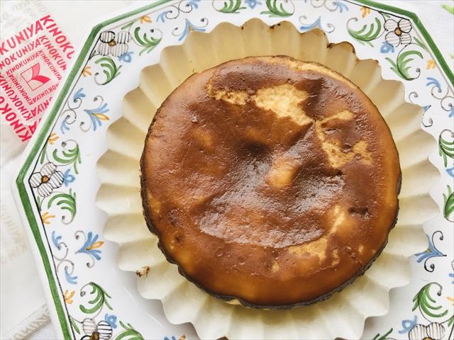 バスク風チーズケーキ写真 お皿に出したところ