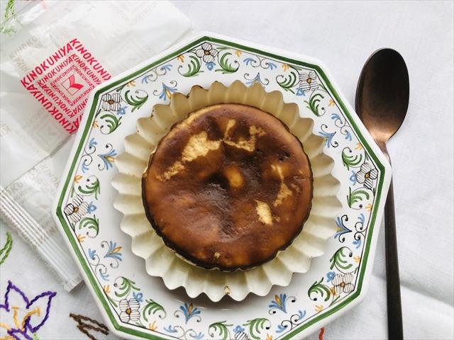 バスク風チーズケーキ写真 お皿に出したところ 上から