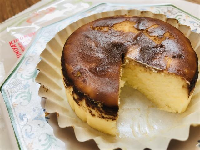 バスク風チーズケーキ写真 お皿に出して切ったところ