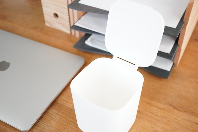 机の上のダストボックス、アップ